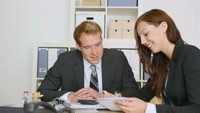 Консультант делая рукопожатие с клиентом дела сток-видео