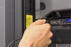 Консультант ИТ затыкает внутри кабель стоковое фото rf