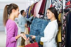 Консультант и клиенты покупок Стоковые Изображения