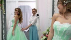 Консультант помог будущей невесте выбрать платье свадьбы акции видеоматериалы