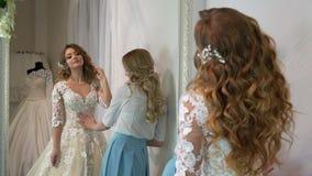 Консультант помог будущей невесте выбрать платье свадьбы сток-видео