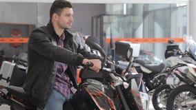 Консультант сидя на мотоцикле акции видеоматериалы