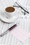 Консультация держа пари форы перечисляет пока служащ кофе утра Стоковые Изображения RF