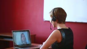 Консультация женщины ведущая онлайн видео- концепция telework сток-видео