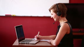 Консультация женщины ведущая онлайн видео- концепция telework видеоматериал