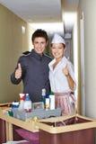 Консьерж и горничная гостиницы держа большие пальцы руки вверх Стоковые Фотографии RF