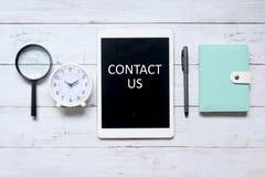 контактируйте почту позвоните по телефону нам стоковые изображения