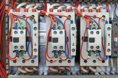 Контакторы с передними вспомогательными контактами установили на рельсе на artboard Провода с ferrules соединены к контакторам Стоковое Изображение RF