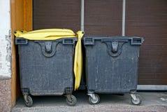 2 контейнера отброса около стены Стоковые Фото