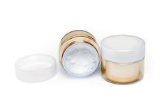 2 контейнера moisturizing сливк стороны на белой предпосылке Стоковое фото RF