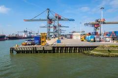 Контейнерный терминал порта Роттердама для больших контейнеровозов стоковые изображения rf