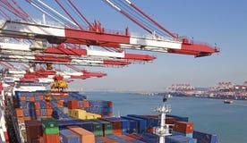 Контейнерный терминал порта Qingdao стоковая фотография rf