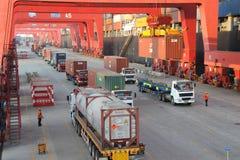 Контейнерный терминал порта Qingdao стоковые изображения rf
