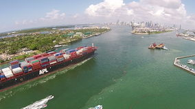 Контейнеровоз входит в порт вида с воздуха Майами