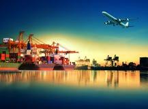 Контейнеровоз в импорте, порте экспорта против красивого утра l Стоковое Изображение RF