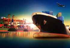 Контейнеровоз в импорте, порте экспорта против красивого утра l Стоковые Фото