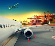 Контейнеровоз в импорте, порте экспорта против красивого утра l Стоковое фото RF