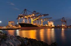 Контейнеровоз в порте во время контейнера загрузки в корабль Стоковое Фото