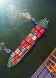 Контейнеровоз в экспорте и деле импорта логистических краном, Стоковое фото RF