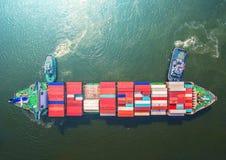 Контейнеровоз в экспорте и деле импорта логистических краном, Стоковые Изображения RF