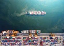Контейнеровоз в экспорте и деле импорта логистических краном, Стоковая Фотография