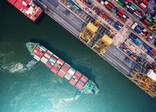Контейнеровоз в экспорте и деле импорта логистических краном, Стоковое Фото