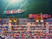 Контейнеровоз в экспорте и деле импорта логистических краном, Стоковые Изображения