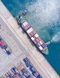 Контейнеровоз в экспорте и деле импорта логистических краном, Стоковая Фотография RF