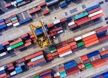 Контейнеровоз в экспорте и деле импорта логистических краном, Стоковое Изображение RF