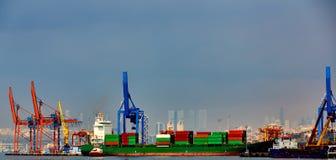 Контейнеровоз в экспорте и деле импорта логистических Торговый порт Доставка, груз, который нужно затаить линии светящая вода ико Стоковое Фото