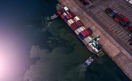 Контейнеровоз в экспорте и деле импорта логистических краном, Стоковое Изображение