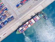 Контейнеровоз в экспорте и деле импорта логистических краном, Стоковые Фото