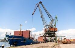 Контейнеровоз загрузки крана порта с грузом Стоковое Фото