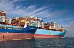 Контейнеровоз Корнелия Maersk Vitaly Vanykhin топливозаправщика Bunkering Залив Nakhodka Восточное море (Японии) 17 09 2015 стоковое изображение