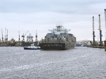 Контейнеровоз достигая порт залива Walvis, Намибии Стоковое фото RF