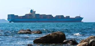 Контейнеровоз Georg Maersk проходит скалистый мыс Залив Nakhodka Восточное море (Японии) 26 04 2015 Стоковое Изображение RF