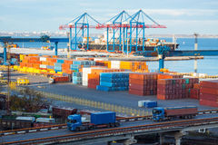 контейнеры в poart моря Стоковая Фотография