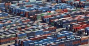 контейнеры грузят штабелировано стоковое изображение