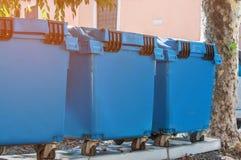 Контейнеры для собирать и сортировать разные виды отхода до рециркулировать в городе Стоковые Фото