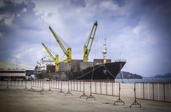 Контейнеры загрузки грузового корабля стоковое изображение rf