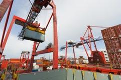 Контейнеры загрузки грузового корабля в Роттердаме Стоковые Фотографии RF