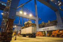 Контейнеры загрузки грузового корабля к ноча Стоковое Изображение RF