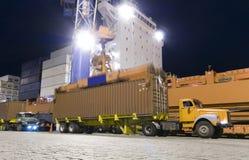 Контейнеры загрузки грузового корабля к ноча Стоковое Фото