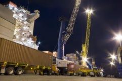 Контейнеры загрузки грузового корабля к ноча Стоковые Фотографии RF