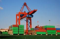 Контейнеры загрузки грузового корабля на работе Стоковые Фотографии RF