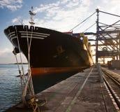 Контейнеры загрузки грузового корабля Стоковое Фото