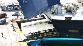 Контейнеры загрузки корабля на порте Стоковое фото RF