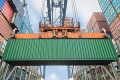 Контейнеры загрузки крана берега в корабле перевозки стоковая фотография