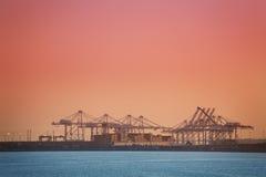 Контейнеры загрузки моста крана на судно-сухогрузе Стоковые Фотографии RF