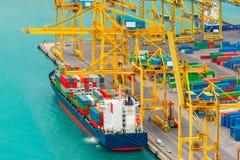 Контейнеры загрузки на грузовом корабле моря, Барселоне Стоковые Изображения